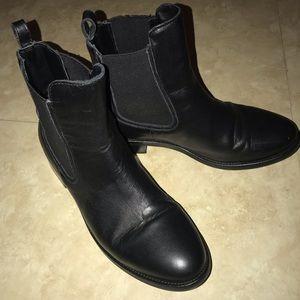 Shiny black boots 💁♀️